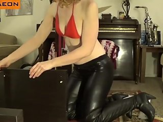 Sexy redhead MILF in tight leather leggings shakes her hot big bubble butt!