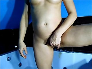 Milf playing pussy in bath